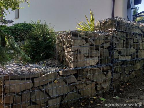 2020 ogrody tomszak murek z piaskowca kosze siatkowe