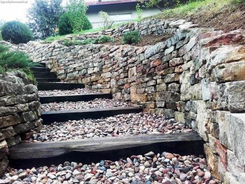Bielsko-Biała - murek z piaskowca, schody, przebudowa, odnowienie