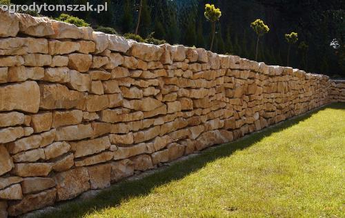 Bielsko-Biała Hałcnów - murek z wapienia, trawnik z siewu