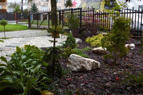 ogrod Bielsko Biala Mazancowice wejscie do domu rabata przed domem IMG 1088