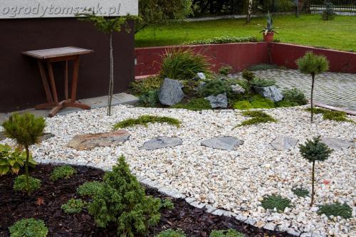 ogrod Bielsko Biala Mazancowice wejscie do domu rabata przed domem IMG 1089