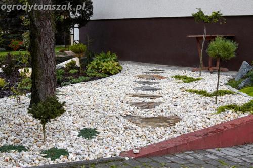 ogrod Bielsko Biala Mazancowice wejscie do domu rabata przed domem IMG 1094