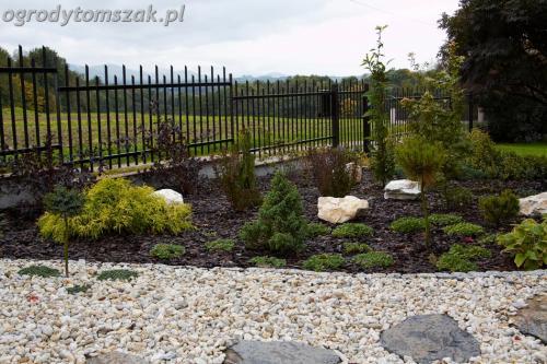 ogrod Bielsko Biala Mazancowice wejscie do domu rabata przed domem IMG 1100