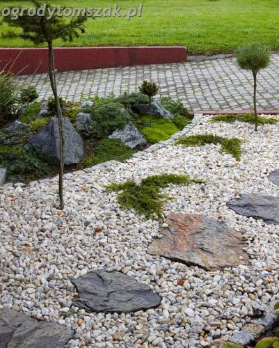 ogrod Bielsko Biala Mazancowice wejscie do domu rabata przed domem IMG 1115