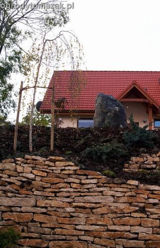 ogrod Kozy Bielsko-Biala Pisarzowice mur oporowy wapien skarpa w ogrodzie skarpa013