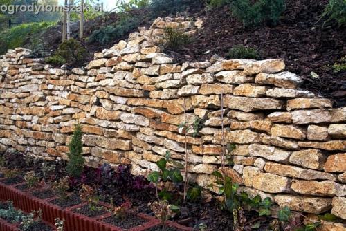 ogrod Kozy Bielsko-Biala Pisarzowice mur oporowy wapien skarpa w ogrodzie skarpa019