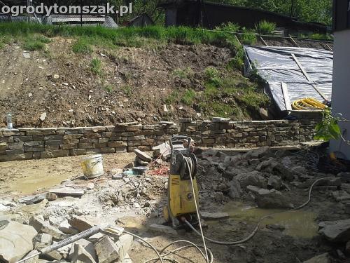 ogrod Wilkowice murek niwelacja formowanie skarpa kamien piaskowiec 1