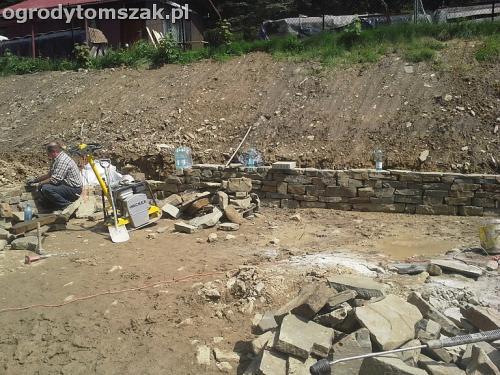 ogrod Wilkowice murek niwelacja formowanie skarpa kamien piaskowiec 2