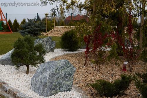 Bielsko-Biała Kamienica - murek z wapienia, ścieżka, głazy, sadzenie dużego cyprysika