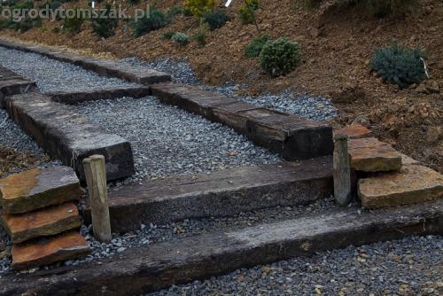 ogrod sciezka z podkladow kolejowych schody podklady 01