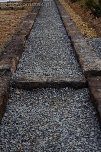 ogrod sciezka z podkladow kolejowych schody podklady 04