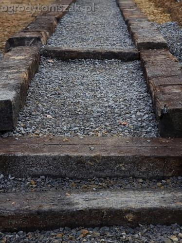 ogrod sciezka z podkladow kolejowych schody podklady 05