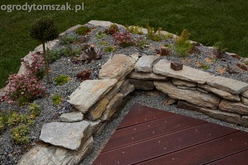 Lipnik - mały ogródek, podest z drewna egzotycznego