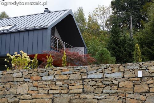 wilkowice mikuszowice lodygowice bystra ogrod murki piaskowiec trawnik schody piwniczka formowanie terenu skarpy IMG 8120