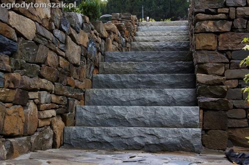Wilkowice - ogród w górach, murki oporowe, schody, siatka na kreta